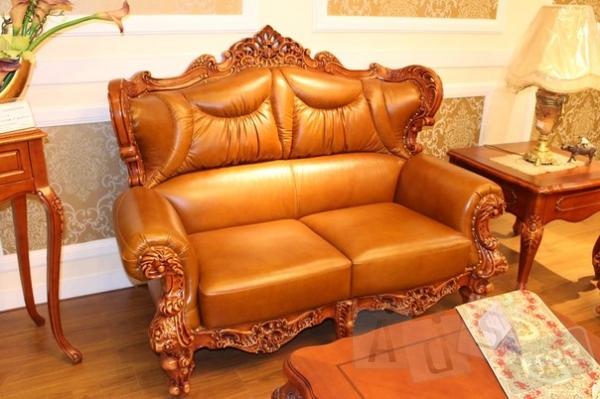 Диван 2-ка кожаный в классическом стиле.
