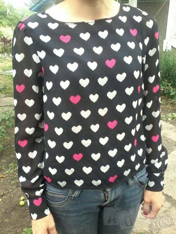 блуза с принтом сердечка