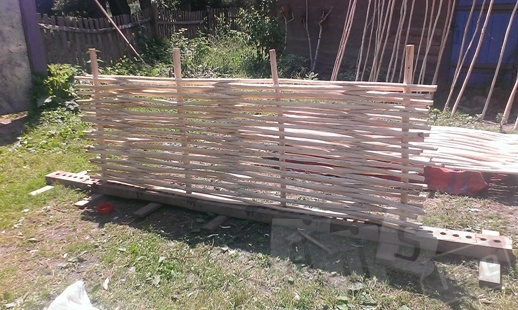 Плетенный еко забор с лозы орешника