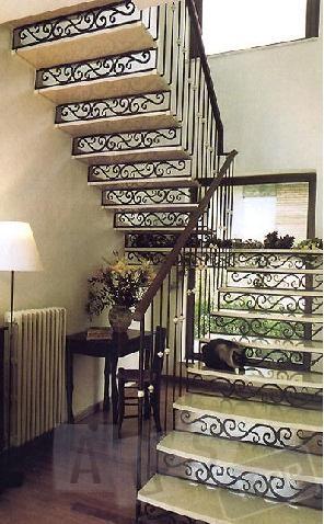 Лестницы из черного металла, с коваными